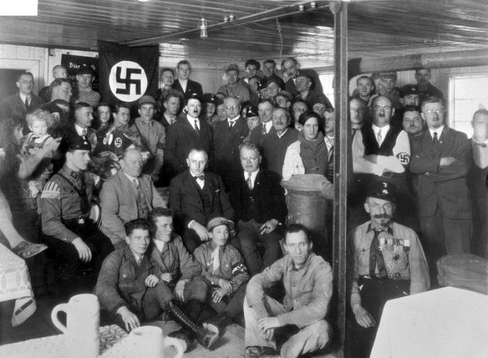 Hitler und Schwarz bei der Einweihung des Umbaus des Palais Barlow in der Brienner Straße zum