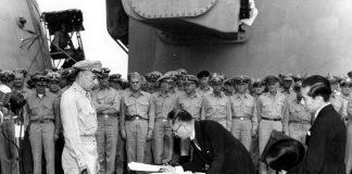 De Japanse minister van Buitenlandse Zaken Mamoru Shigemitsu tekent de Japanse overgave op USS Missouri