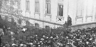 De sociaal-democraat Phillipp Scheidemann roept in Duitsland de republiek uit.
